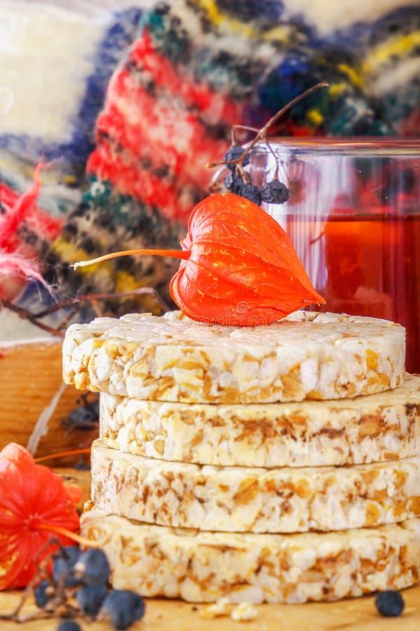 Physalis no bolo soprado do trigo, em bagas selvagens da floresta e em chá do fruto com limão em uma tabela de madeira alimento d foto de stock royalty free