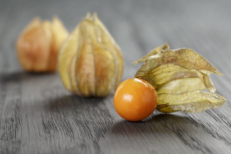Physalisfruit op eiken houten lijst royalty-vrije stock afbeeldingen