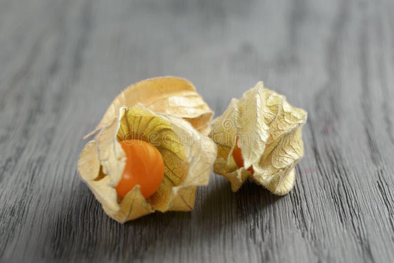 Physalisfruit op eiken houten lijst royalty-vrije stock foto