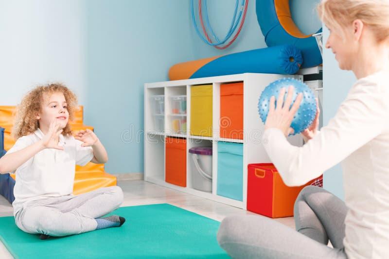 Physhiotherapist bawić się piłkę z pacjentem fotografia stock