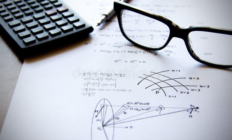 Physikübungen geschrieben auf ein Weißbuch stockfotos