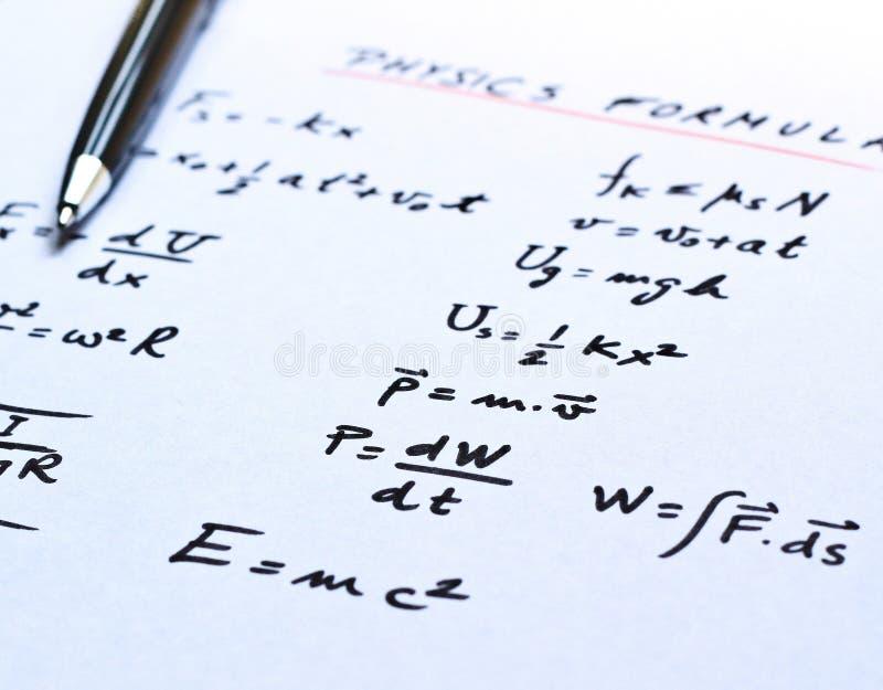 Physikformeln geschrieben auf ein Weißbuch lizenzfreie stockfotos