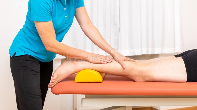 молодой человек на physio терапии стоковые изображения