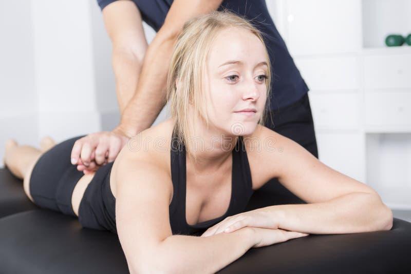 Physio- patient de aide masculin de thérapeute et de femme photographie stock