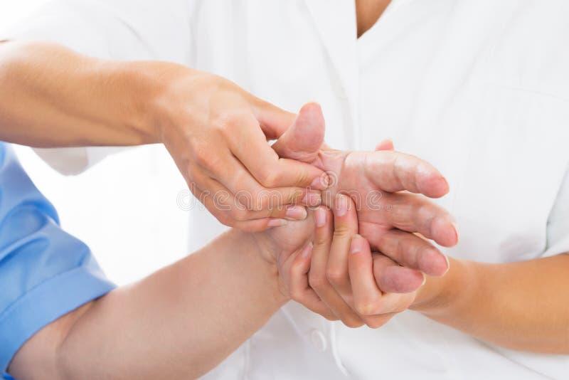 Physiothérapeute de Person Receiving Palm Massage By image libre de droits