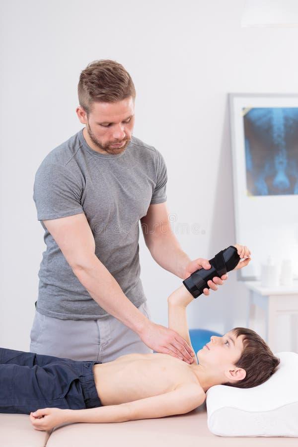 Physiothérapie avec un enfant photographie stock