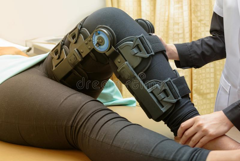 Physiotherapeut dehnen Übungen auf geduldigem ` s Bein aus lizenzfreie stockbilder