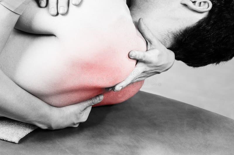 Physiotherapeut, der Manipulation tut, um Patienten im Schattenbild zu bemannen lizenzfreie stockbilder