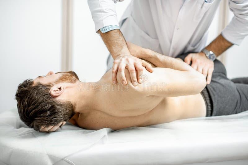 Physiotherapeut, der manuelle Behandlung tut lizenzfreies stockfoto