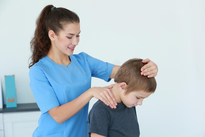 Physiotherapeut, der mit Patienten arbeitet stockbild