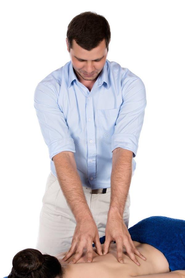 Physiotherapeut, der Patienten massiert lizenzfreie stockfotos