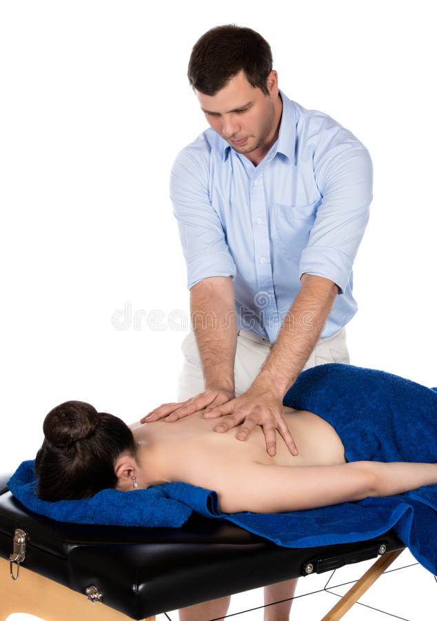 Physiotherapeut, der Patienten massiert lizenzfreie stockbilder
