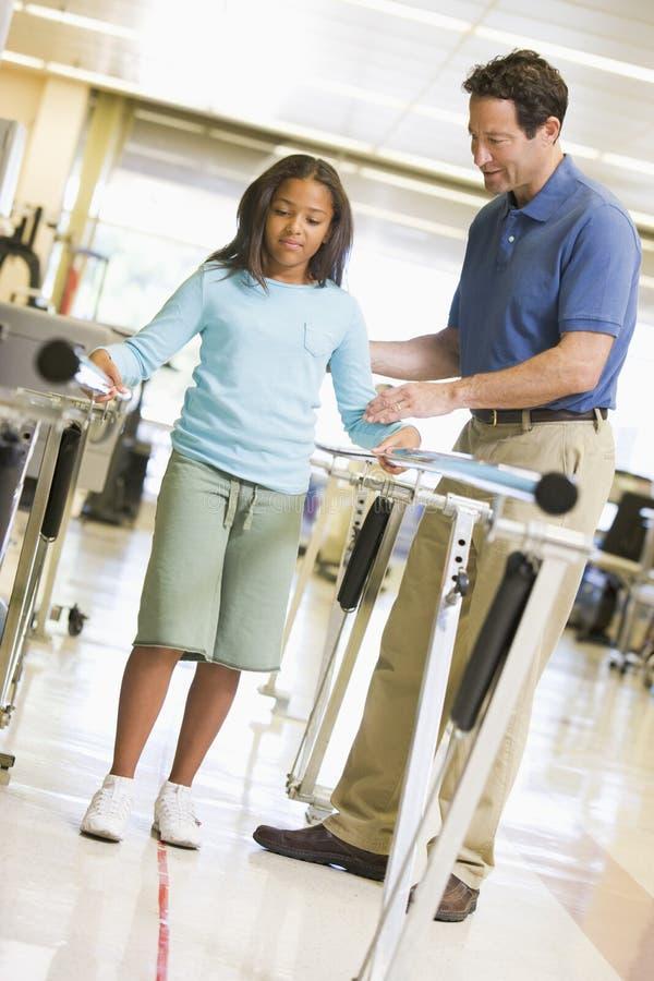 Physiotherapeut mit Patienten in der Rehabilitation lizenzfreie stockfotos