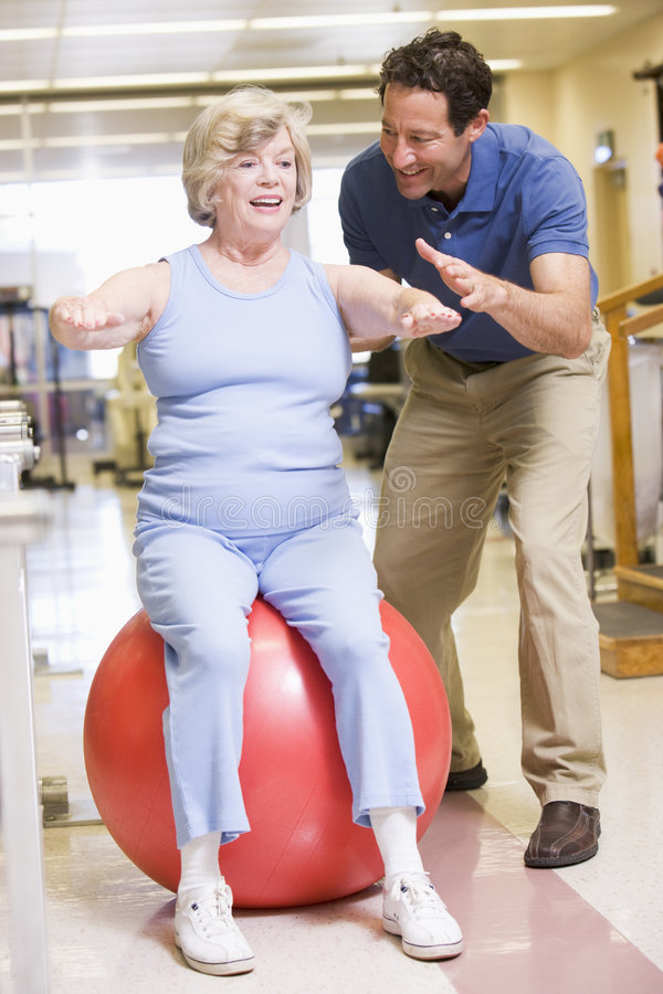 Physiotherapeut mit Patienten in der Rehabilitation stockfotos