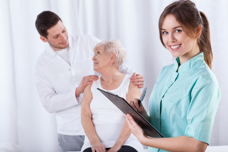Physiotherapeuten, die Aufzeichnungen vorbereiten lizenzfreie stockfotos