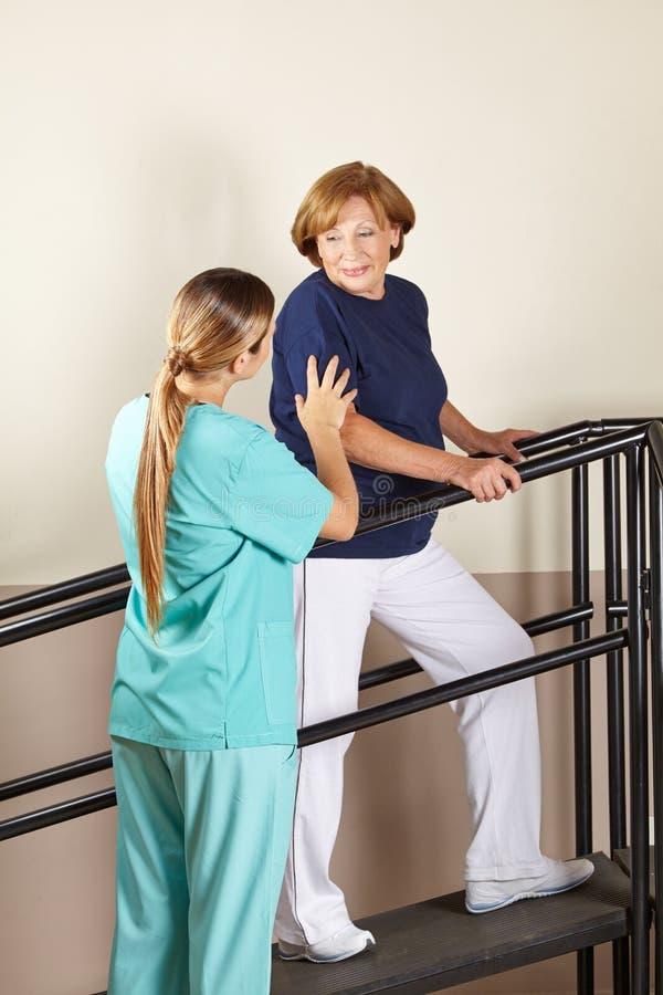 Physiotherapeutenhandeln stockbild