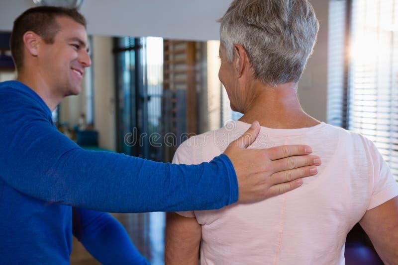 Physiotherapist daje z powrotem masażowi żeński pacjent zdjęcia royalty free