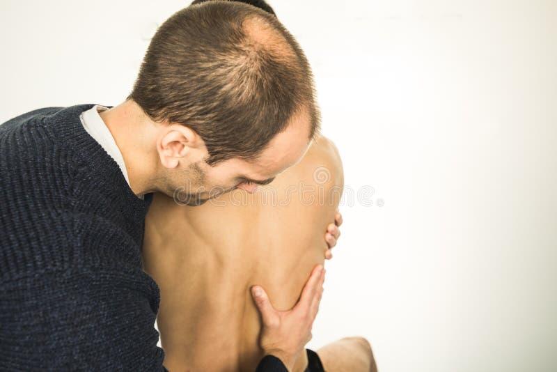 Physiotherapist egzamininuje młodego człowieka plecy Fizjoterapii pojęcie obraz stock