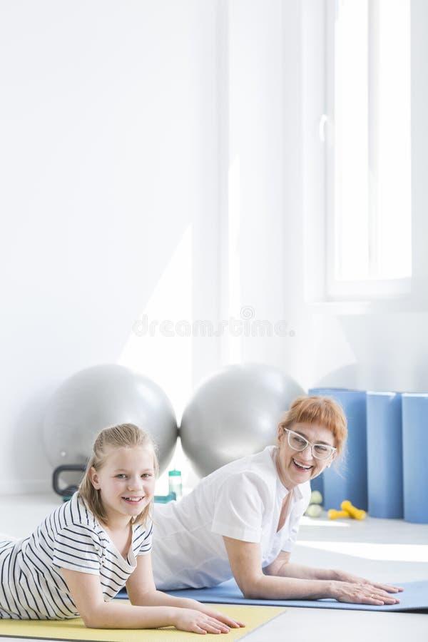 Physiotherapist i szczęśliwa dziewczyna zdjęcia stock