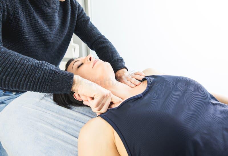 Physiotherapist pracuje masować pacjenta w szyi Pojęcie fizjoterapia zdjęcia stock