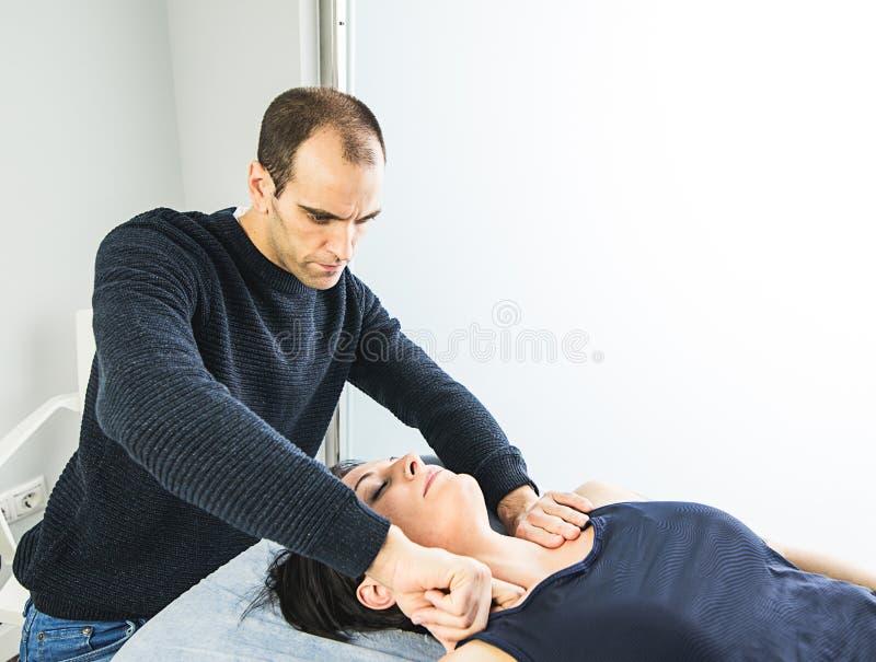 Physiotherapist pracuje masować pacjenta w szyi Pojęcie fizjoterapia zdjęcie stock