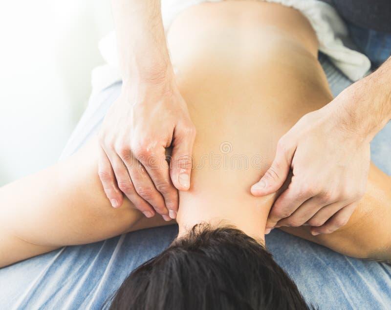 Physiotherapist pracuje masować pacjenta w szyi Pojęcie fizjoterapia obraz royalty free