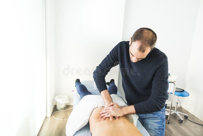 Physiotherapist pracuje na cierpliwym plecy robić masażowi Pojęcie fizjoterapia i wellness obrazy stock