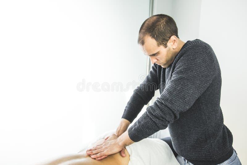Physiotherapist pracuje na cierpliwym plecy robić masażowi Pojęcie fizjoterapia i wellness obraz royalty free