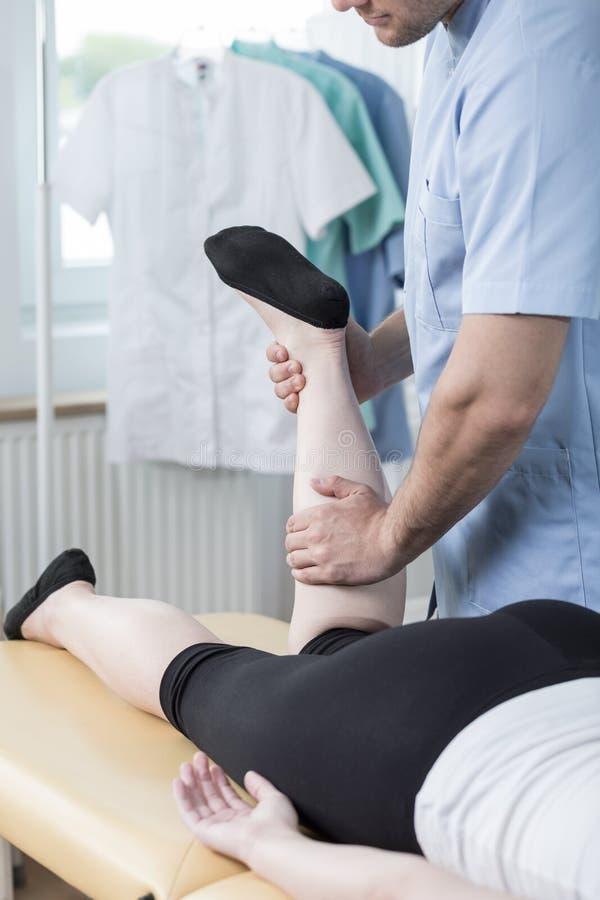 Physiotherapist robi czynnościowemu masażowi zdjęcie stock