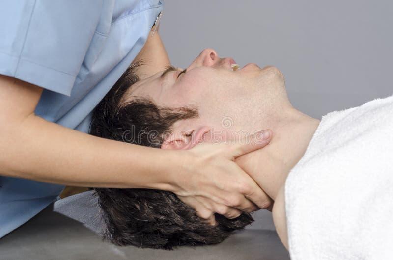 Physiotherapist robi manipulaci karkowej zdjęcia royalty free