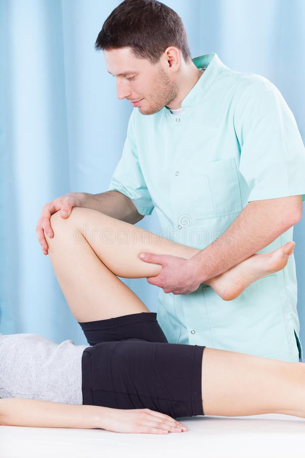 Physiotherapist robi noga masażowi obraz stock