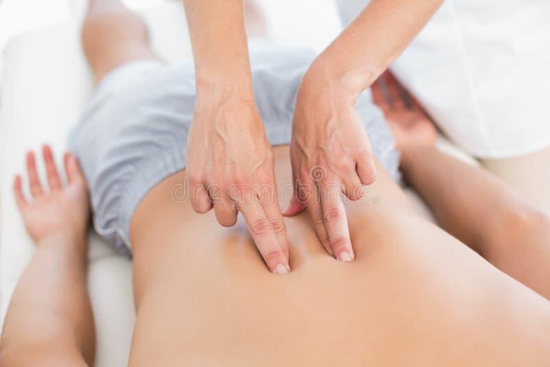 Physiotherapist robi z powrotem masażowi jej pacjent zdjęcie royalty free