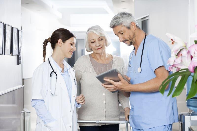 Physiotherapist seansu raporty pacjent I lekarka Na Digital fotografia royalty free