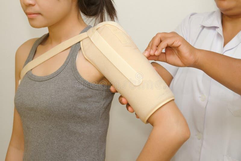 Physiotherapist sprawdza kobiety ramię zdjęcie stock