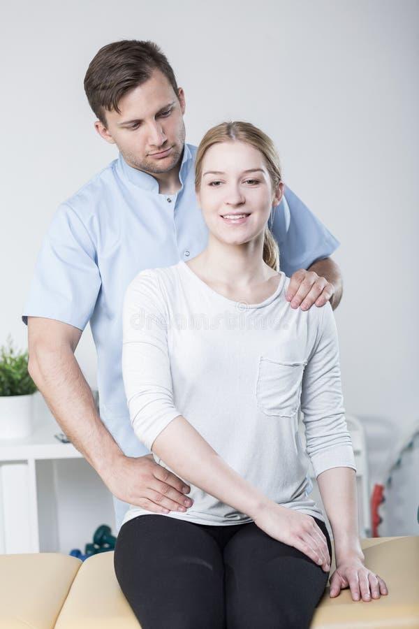 Physiotherapist szkolenie z piękno kobietą obraz royalty free