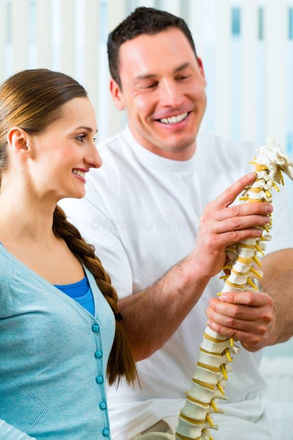Rada - pacjent przy fizjoterapią obrazy stock