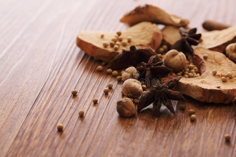Phytothérapie chinoise sur la table en bois image stock