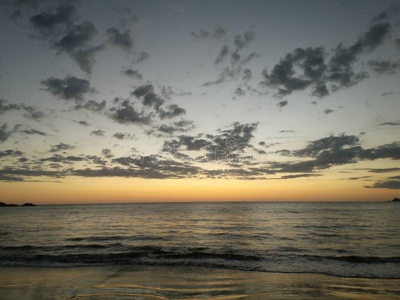 Piñuelas strandsolnedgång i Costa Rica arkivfoton