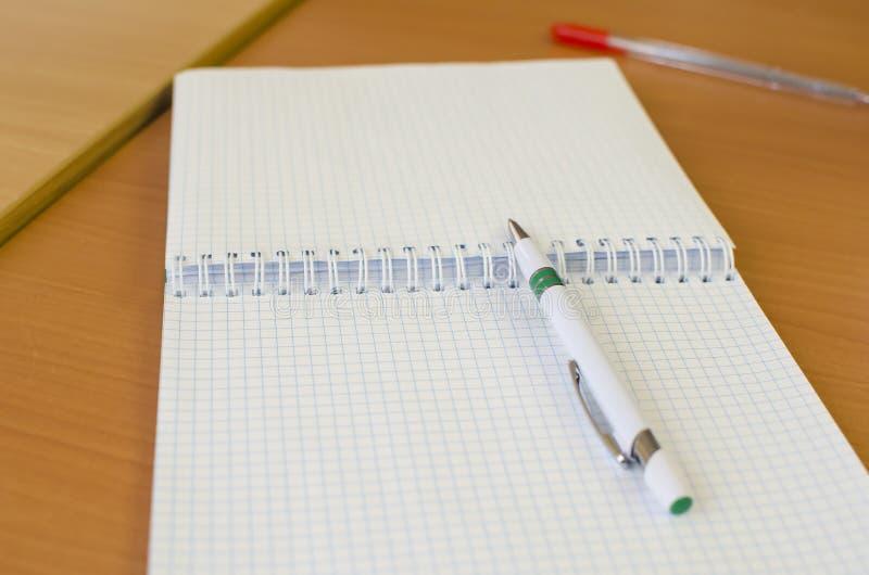 Pióro z notatnikiem na drewnianym biurku fotografia royalty free