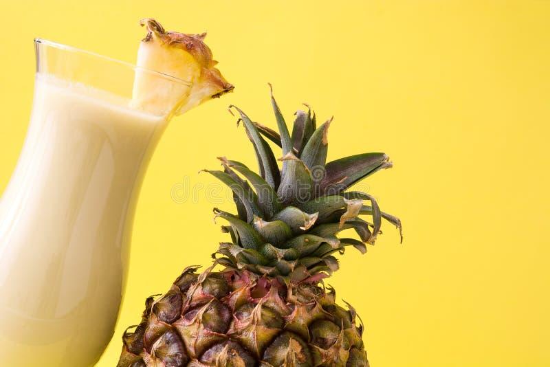 Piña在黄色的colada鸡尾酒 库存图片