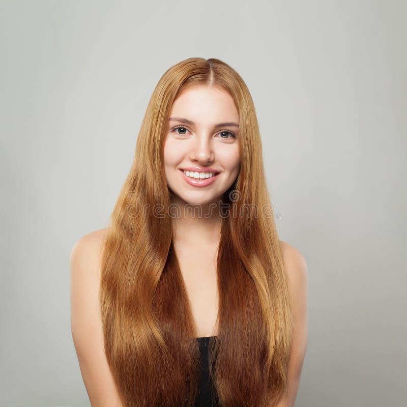 Piękna życzliwa kobieta z hlong prostego włosy gładkim portretem fotografia stock