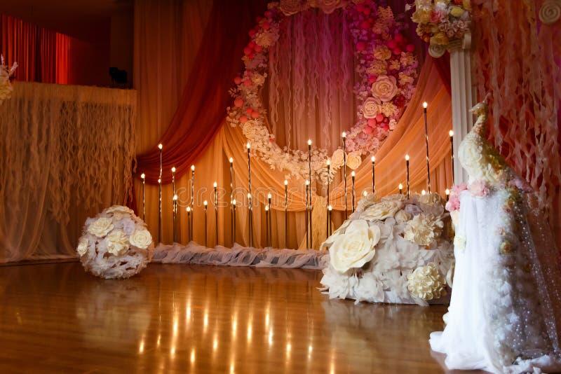 Piękna ślubna odprawa z kwiatami i świeczkami obrazy stock