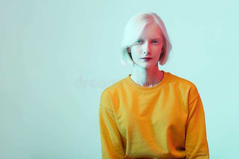 Piękna albinos dziewczyna z białą skórą, naturalnymi wargami i białym włosy, obrazy stock