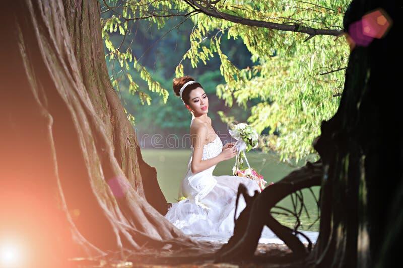 Piękna Azjatycka dziewczyna w ślubnej sukni pokazuje szczęśliwych momenty zdjęcie royalty free