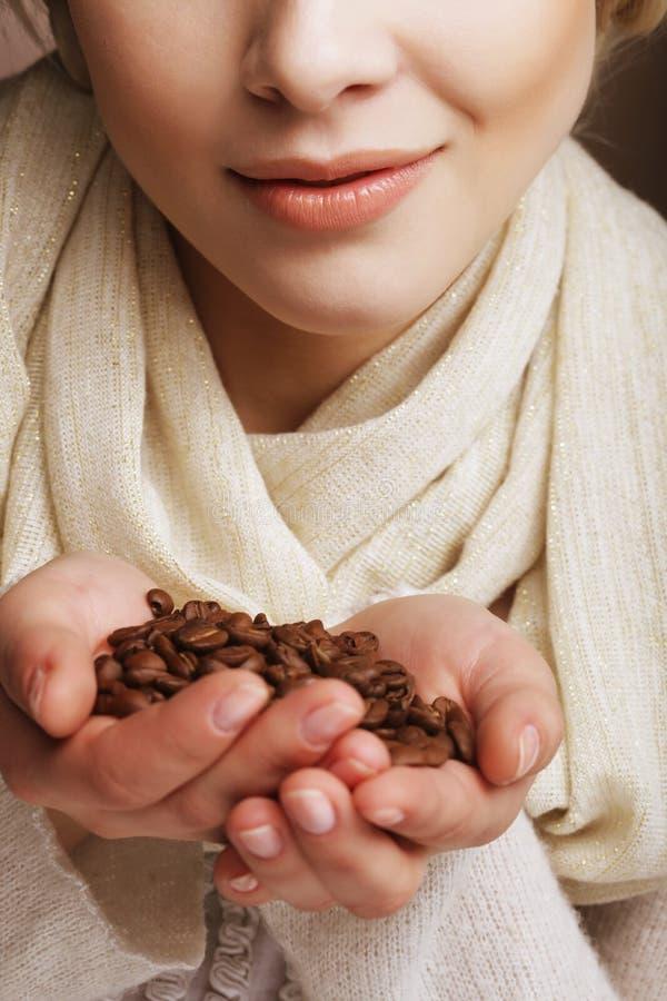 Piękna blond kobieta wącha kawowe fasole zdjęcia royalty free