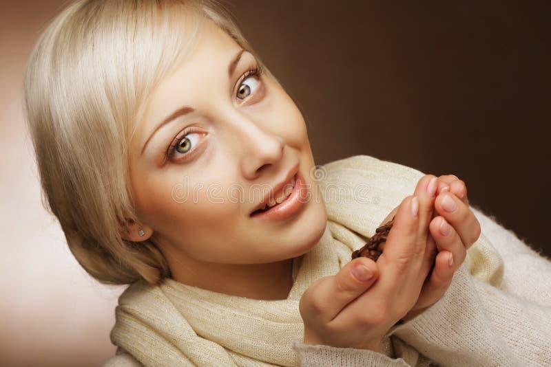 Piękna blond kobieta wącha kawowe fasole obraz royalty free