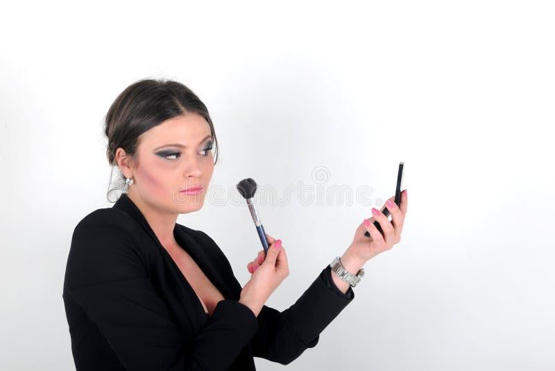 Piękna brunetki dziewczyna stosuje proszek z muśnięciem ty fotografia stock