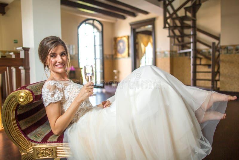 Piękna dama pozuje w ślubnej sukni na karle obrazy royalty free