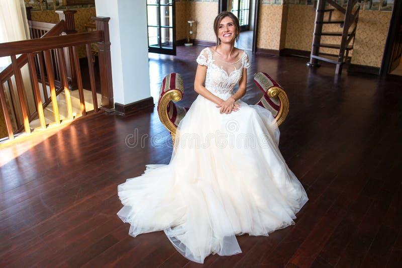 Piękna dama pozuje w ślubnej sukni na karle zdjęcia stock