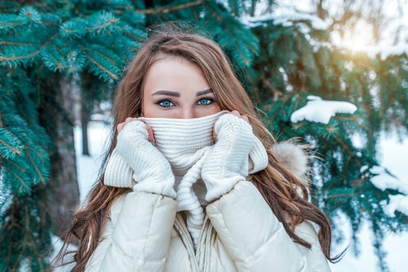 Piękna dziewczyna zakrywa jej twarz z białym szalikiem w górę oka i spojrzenia, Przypadkowe makijażu bielu mitynki zdjęcie royalty free